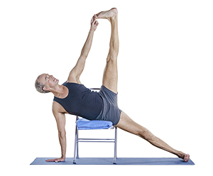 Yogapose mit Stuhl