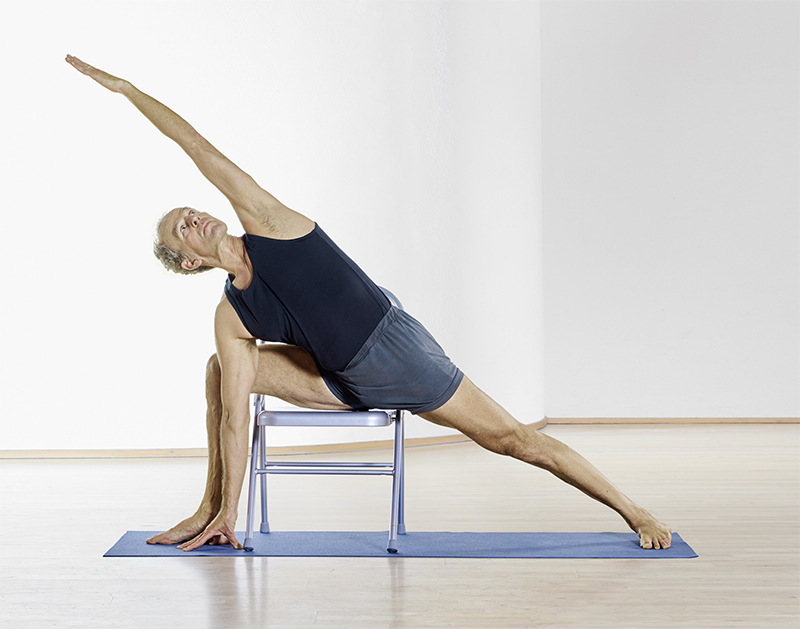 Yogapose auf dem Stuhl